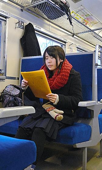 Harada Kana viajando en el tren. Foto de the onlinecitizen.com
