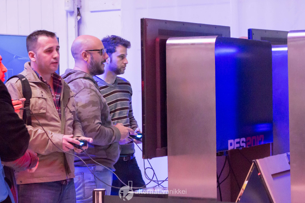 Los medios pudieron disfrutar de la demo del Pro Evolution Soccer 2017. Foto: tbo
