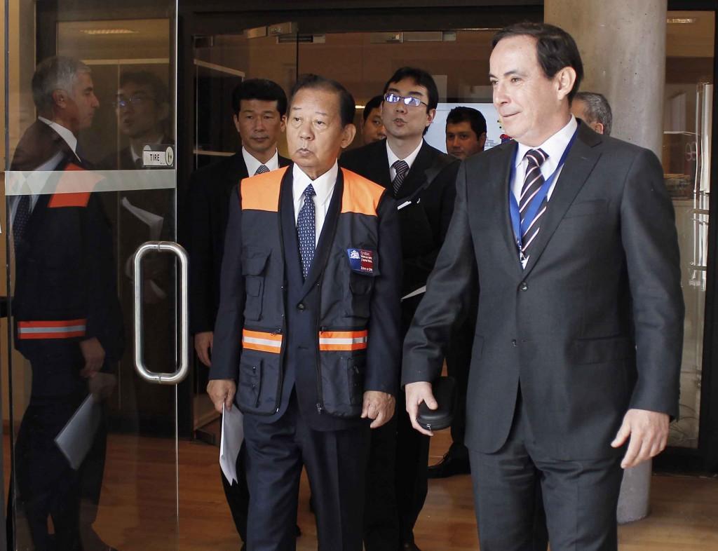 Parlamentario, Toshihiro Nikai y el Director de ONEMI, Ricardo Toro (autorización de uso fotográfico por vía telefónica ONEMI).