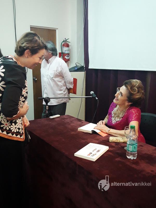 Charla de la Dra. Marta Pena de Matsushita en el CUI. Firma de los libros a los presentes. Foto: María Laura Martelli