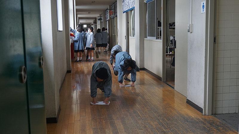 Estudiantes de primaria de la Escuela Oizumi durante la limpieza del colegio. Foto: Soledad Uchima.