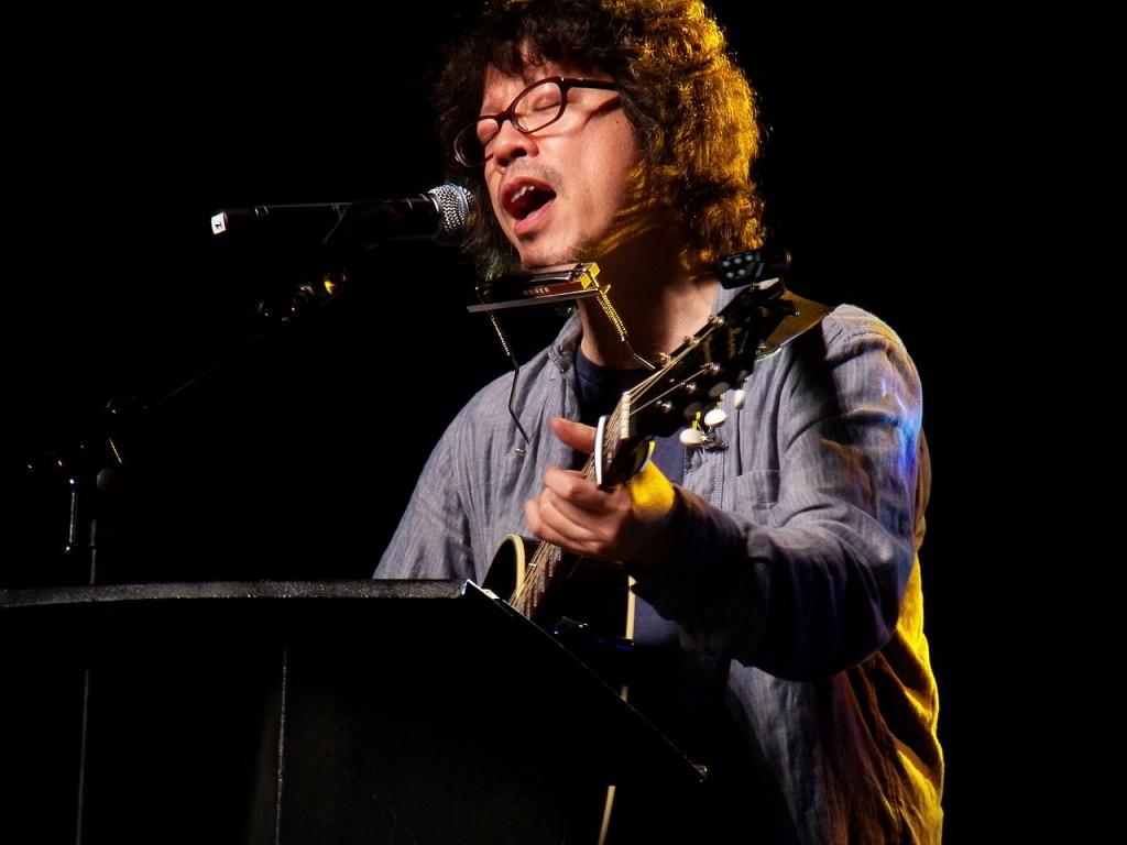 Urasawa tocando una canción de Bob Dylan en la Japan Expo 2012 de París (Foto por Alberto Hernández-CC2.0)