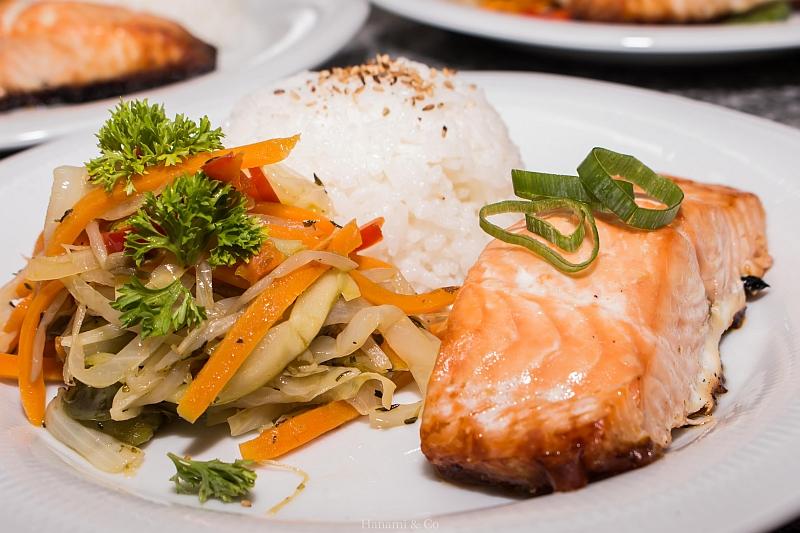 Uno de los platos que puede elegir: yakisake con verduras al wok.
