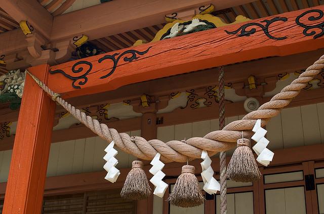 Shimenawa en la entrada del santuario Yamanaka Hachiman de Okazaki