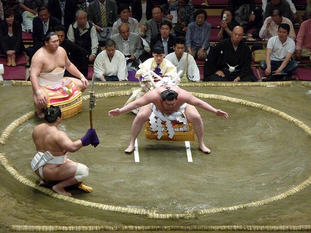 """Sumotori """"viste"""" un shimenawa y shide completamente blancos"""