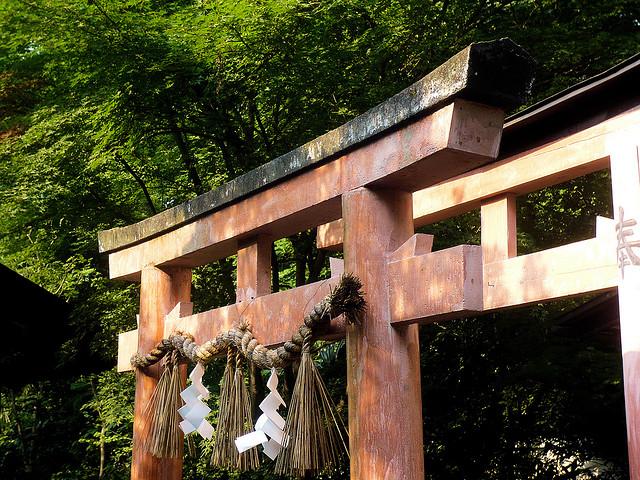 Shimenawa en torii en el Palacio Imperial de Tokyo