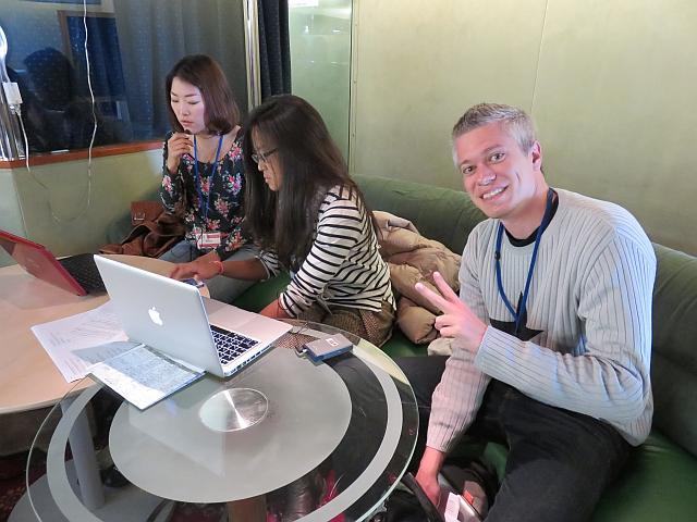 Coordinadores de comunicación preparando material para la conferencia.
