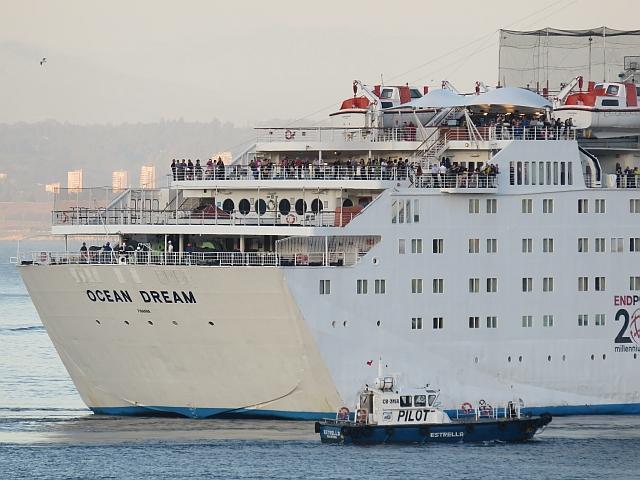 """El barco piloto (""""mizu annai"""") con Peace Boat en el puerto de Valparaiso."""