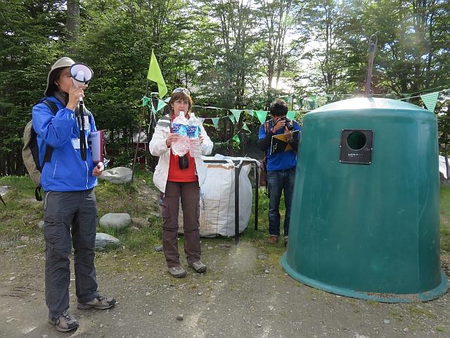 Viviana, representante de la municipalidad de Ushuaia informa sobre las medidas de conciencia ecológica que se implementan en la ciudad.