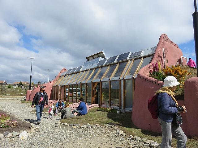 Visita a Nave Tierra, la casa autosustentable ideada por Michael Reynolds, un arquitecto visionario que forma parte the Earthship Biotecture.