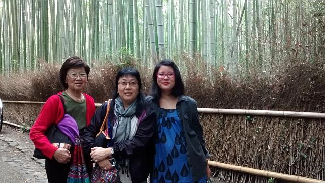 La periodista elegida para participar del Programa de Invitación a los Nikkeis, Malena Higashi (der.) junto a su tía Silvia y su abuela Emiko en Arashiyama.