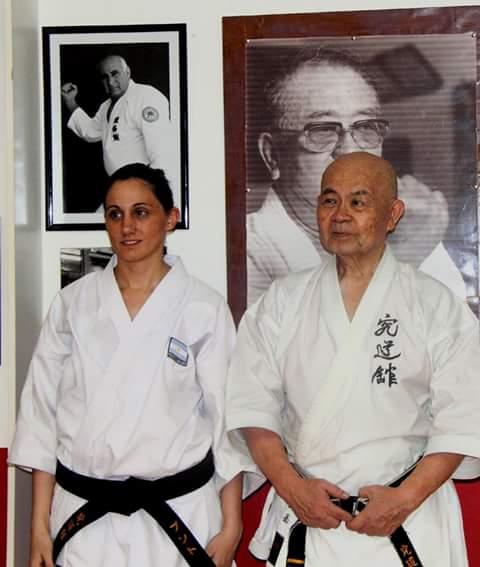 Daniela Bustos con el Sensei Minoru Higa en Okinawa, el máximo referente de la Escuela Okinawa Shorinryu Karate-Do Kyudokan Federation.