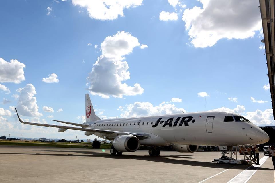 El Embraer E-190 de J-Air en la plataforma. Foto de la página de Facebook de Japan Airlines.