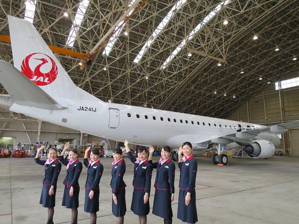 Azafatas presentando el nuevo modelo. Foto de la página de Facebook de Japan Airlines.