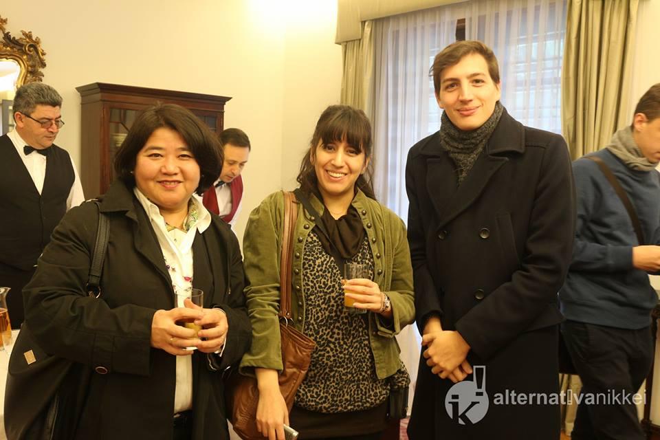 Ana Serei y María Laura Martelli (Alternativa Nikkei) con Agustín Suárez. Foto: Mario Nakazato (Alternativa Nikkei)