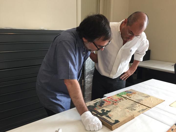 Amaury junto a Luis Zo revisando las estampas. Foto propiedad de Amaury A. García Rodríguez.