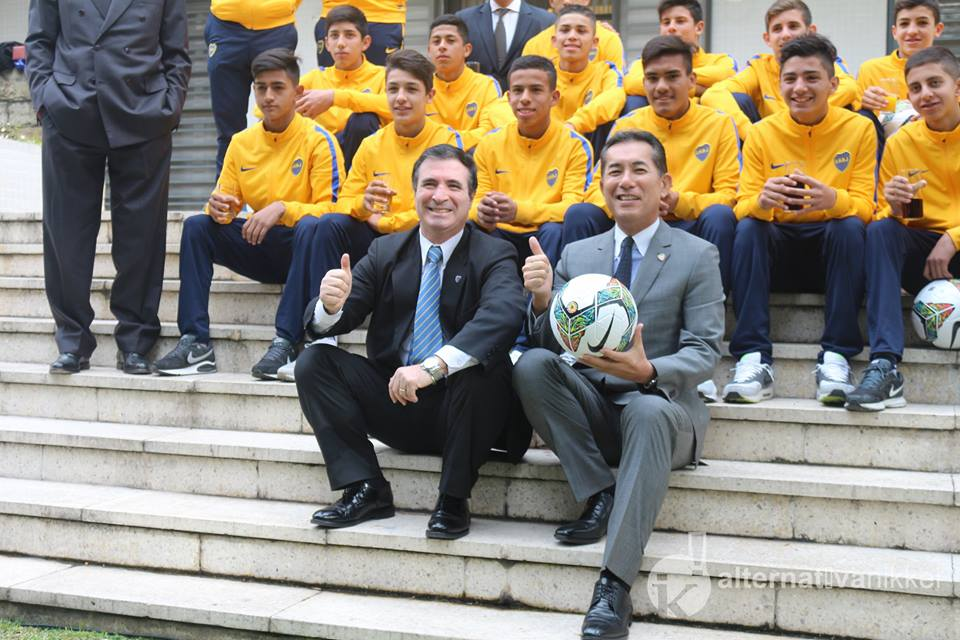 Pedro Orgambide (Presidente de la Agrupación Frente Único Orden y Progreso del Club Atlético Boca Juniors) con Dn. Noriteru Fukushima (Embajador del Japón en la Argentina) y la delegación de Boca Juniors. Foto Créditos: Mario Nakazato (Alternativa Nikkei)