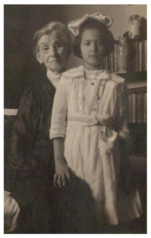 Créditos: Archivo Histórico de AJA. Violeta Shinya junto a su abuela materna, Mary Ellen Harris Hudson.