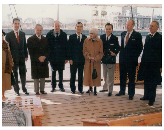 Créditos: Archivo Histórico de AJA. Esta foto se tomó durante el homenaje al padre de Violeta, por el personal del Museo de la Fragata Sarmiento (2000)