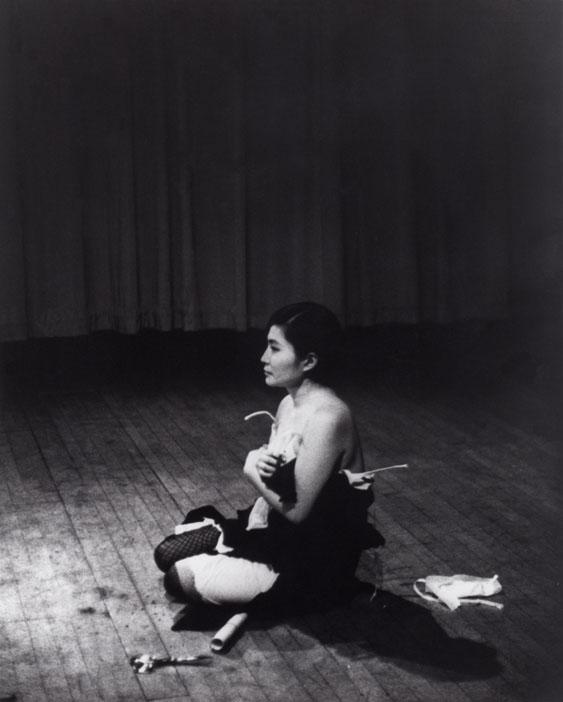 Registro de la performance realizada el 21 de marzo de 1965 en Carnegie Recital Hall, New York. Foto de Minoru Niizuma © Yoko Ono
