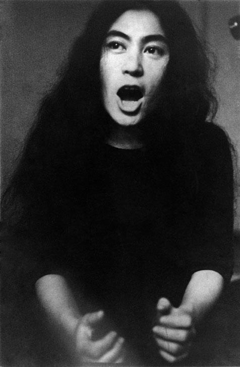Yoko Ono Pieza voz para soprano, 1961. Interpretada por la artista. Cortesía de Yoko Ono