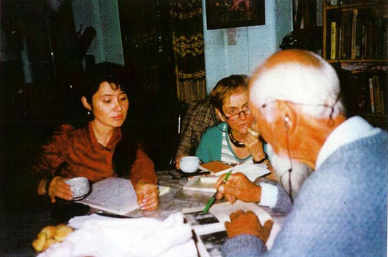 Celia de la Fuente (izq.) con la antropóloga Isabel Lemonier y el periodista japonés Kiyotomi Uehara (1997). Foto gentileza de Celia de la Fuente.