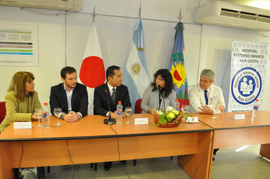 El Embajador del Japón en Argentina, Dn Noriteru Fukushima y la Sra. Ministra de Salud, Zulma Ortiz en el día de la donación. Foto gentileza de la Embajada del Japón en la Argentina.