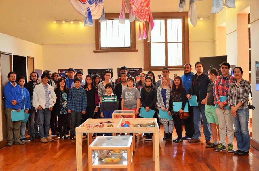 """Alumnos universitarios y de idioma japonés en conjunto al grupo colaborador """"TAO"""". Gentileza del Departamento de Comunicaciones de la Universidad de Antofagasta (UA)."""