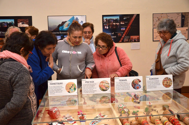 """Grupo femenino de adultos mayores """"Renacer"""" observando la exhibición de objetos de origen nipón. Foto gentileza de Mario Guardia-Hino Galleguillos"""