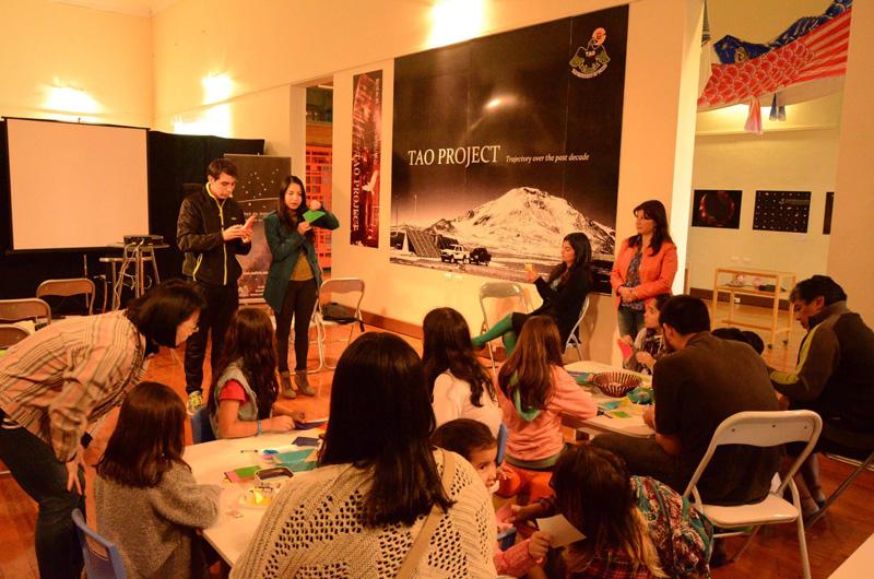 La monitora Kimie Shiray dictando parte del taller de origami para niños entre 4 y 10 años. Foto gentileza de Mario Guardia-Hino Galleguillos