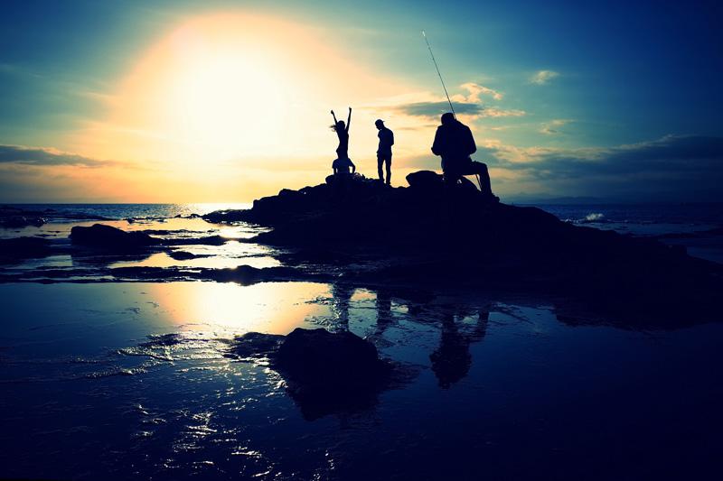 """""""Esta foto fue tomada en una playa de Enoshima, en la Pref. De Kanagawa. Pude capturar con mucha suerte este momento de felicidad explosiva. Es una de las fotos que ilustra más fuertemente mi filosofía de Live a photogenic life"""". © Tomás H. Hara"""