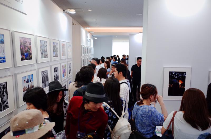 Visitantes durante la exposición en Tokyo. © Tomás H. Hara