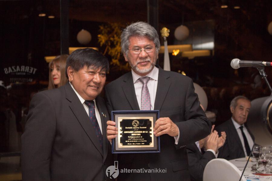 Placa por los 100 años de AJA. Presidente de la Asociación Japonesa en la Argentina, Alberto Onaha, con el Vicepresidente de la Asociación Japonesa Sarmiento, Sr. Alfredo Tamagusuku. Foto: tbo