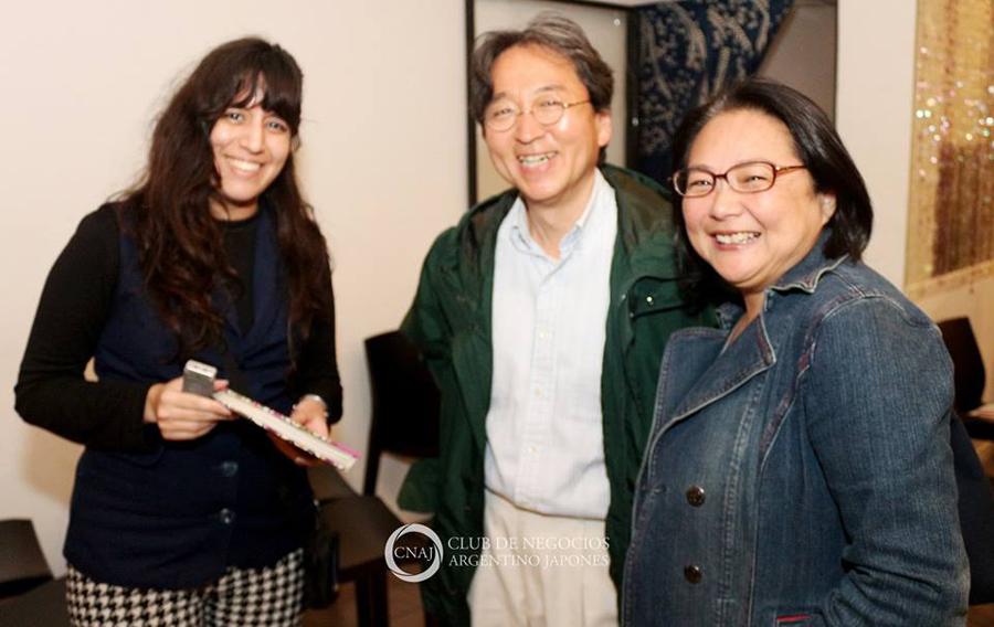 Lic. Motokazu Sakuma con Mónica Kogiso (Der.) y María Laura Martelli (Izq.). Foto: Mario Nakazato.