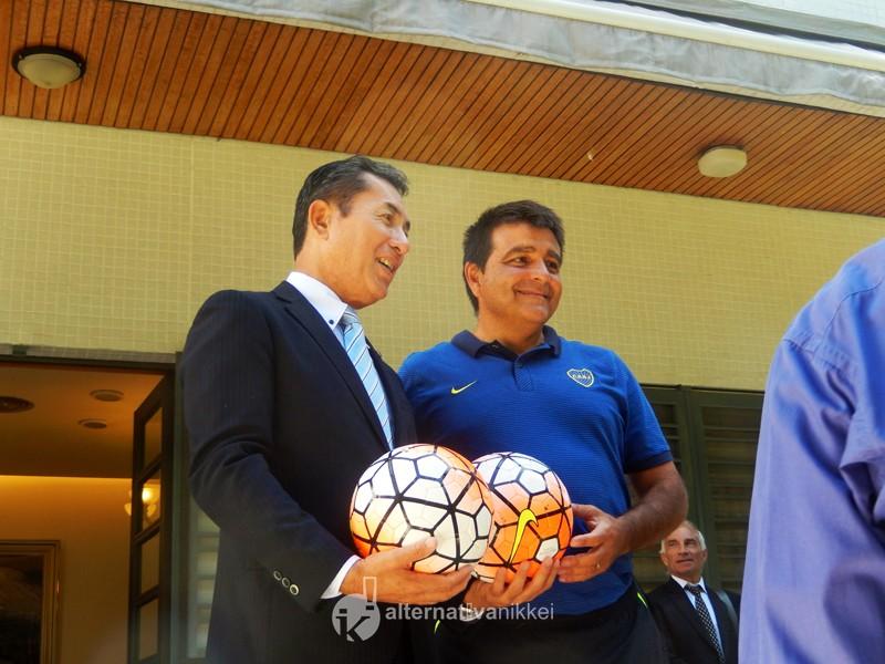 El Sr. Embajador del Japón, con Claudio Vivas, coordinador responsable de las divisiones juveniles de Boca. Foto: Nahuel Murru