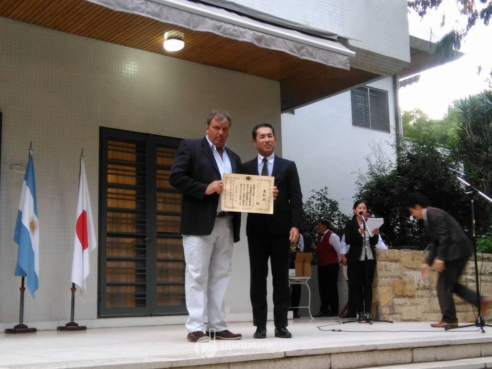 El presidente de la Federación Argentina de Béisbol, Sergio Martin, recibió el diploma al mérito por parte parte del Embajador del Japón en la Argentina, Dn. Noriteru Fukushima. Foto: Nahuel Murru
