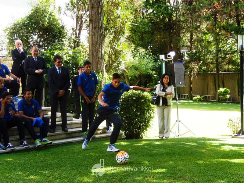 Encuentro con la Novena División de Boca Jrs. en la Residencia del Embajador del Japón en la Argentina. Juego de pelota-pileta. Foto: Nahuel Murru