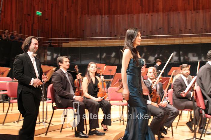 La soprano japonesa, Ayako Tanaka, sube al escenario acompañada de Pablo Boggiano, director invitado. Foto: Romina Giménez/ Alternativa Nikkei
