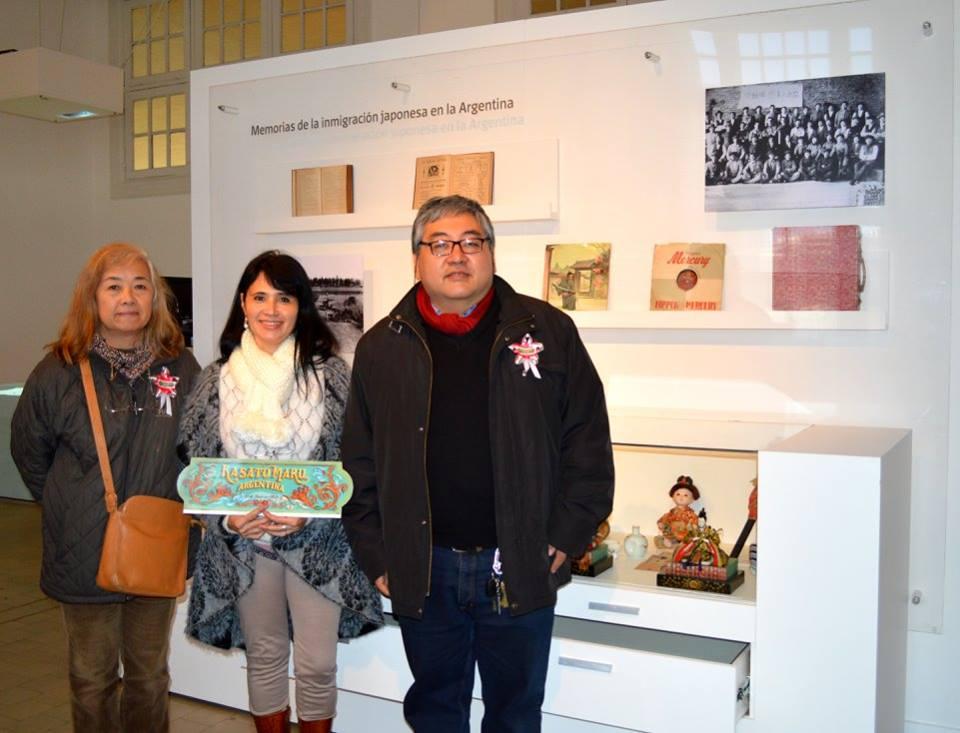 Celia de la Fuente (medio) junto a María Toda y Roberto Yamakata en el Museo de la Inmigración. Los tres forman parte del grupo de descendientes de japoneses que viajaron en el Kasato Maru, llevando a cabo su investigación al respecto. Foto gentileza Celia de la Fuente.