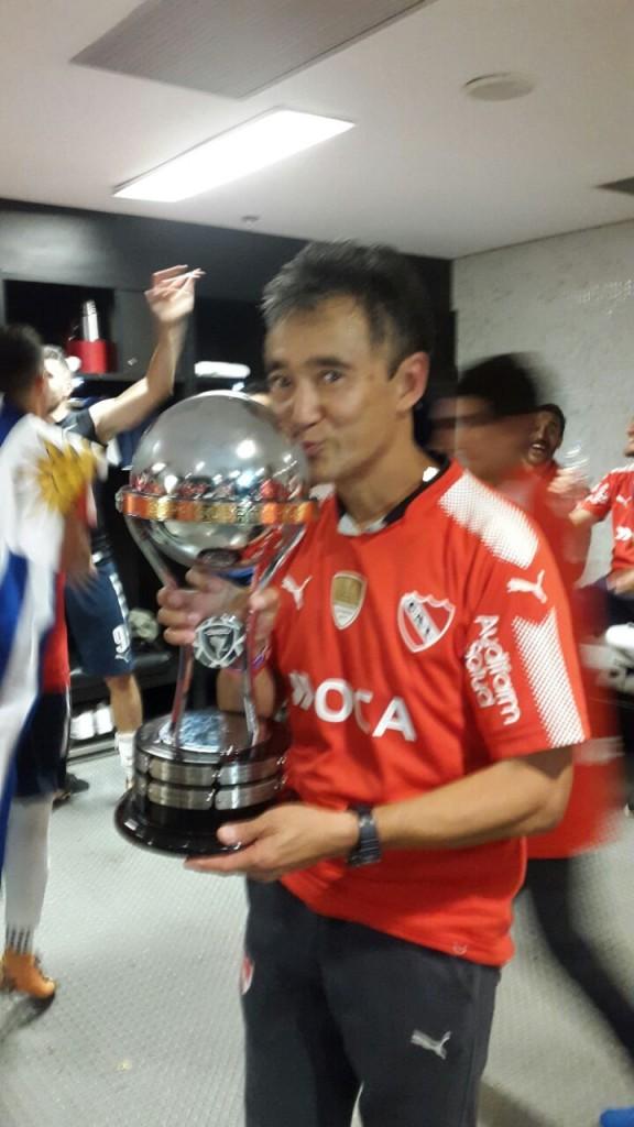 """Sergio """"Chipi"""" Hanashiro con la Copa Sudamerica. Agradecimientos a Sergio por la foto."""
