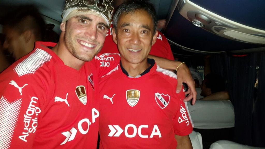 Sergio Hanashiro, el kinesiólogo nikkei de Independiente, que salió campeón. Agradecimientos a Sergio por la foto. Agradecimientos a Sergio por la foto.
