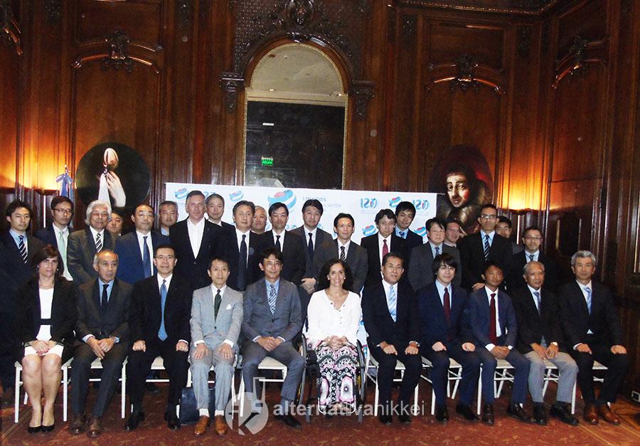 Empresarios japoneses residentes en Argentina, junto al Embajador de Japón y la Vicepresidenta de la Nación.