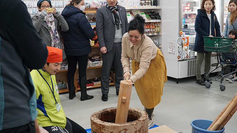 Soledad Uchima haciendo mochi en el mercado de productores de Otama mura.