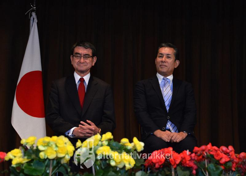 Tarō Kōno, Ministro de Relaciones y Asuntos Exteriores del Japón, junto al Embajador del Japón en la Argentina, Dn. Noriteru Fukushima.