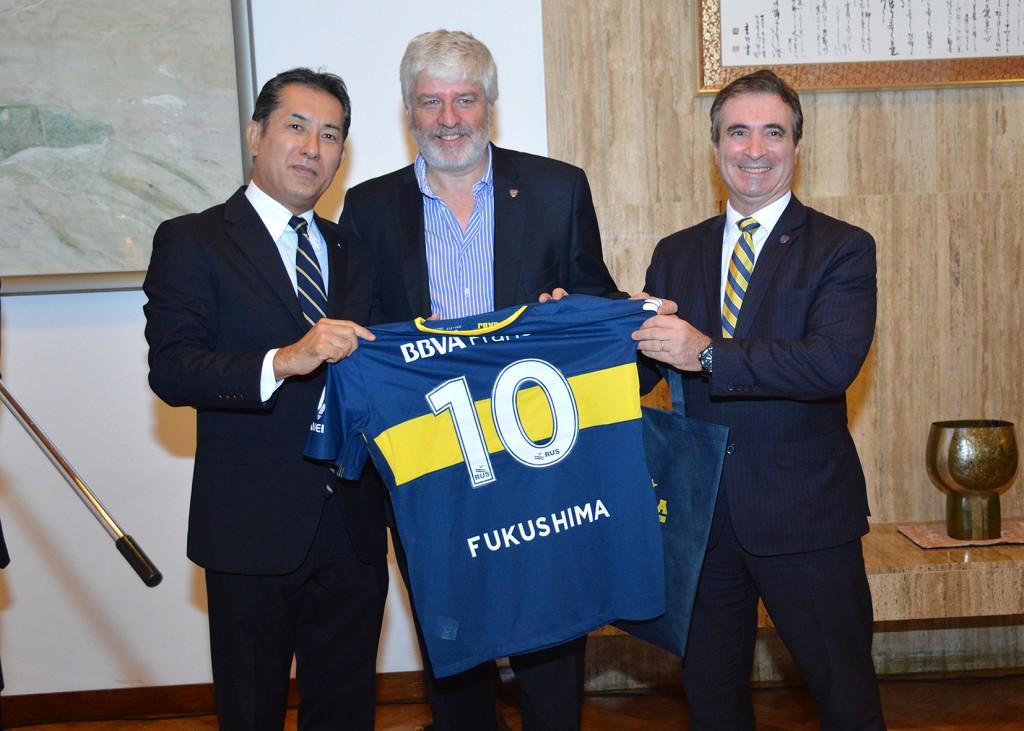Las autoridades de Boca le obsequiaron al Embajador Fukushima una camiseta con su nombre. Foto: Adrián Higa