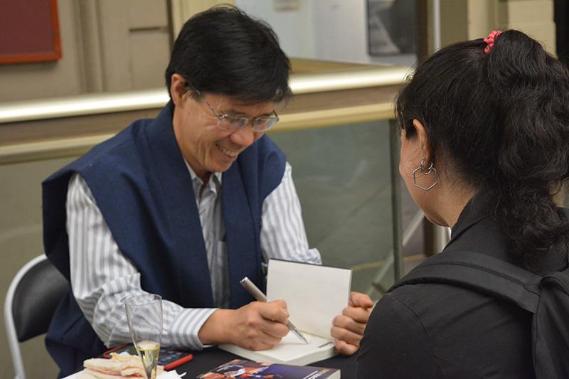 "Firma del libro ""Shinhagakure"" durante su lanzamiento en español. Gentileza de Jorge Kishikawa."