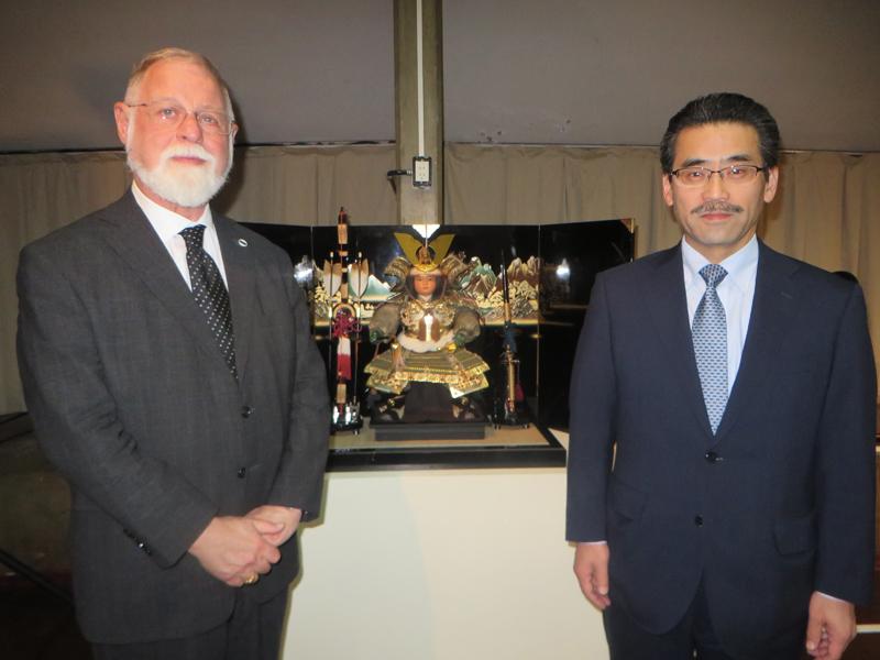 Sr. Alberto Manguel, Director de la BIBLIOTECA NACIONAL y el Ministro Consejero de la Embajada, Sr. Satoshi Hishiyama. Foto: Tomoko Aikawa.
