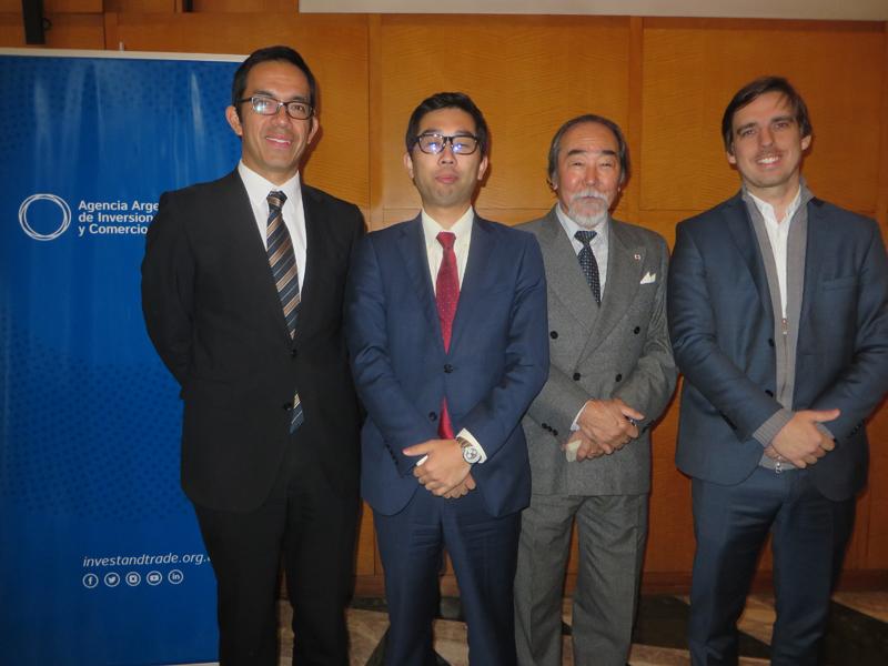 (Izq. a Der.) Sr. Toshio Kii (Director de JETRO de Buenos Aires); Sr. Uechi (FOODEX JAPAN); Sr. Kato (AICHI URUGUAY); Juan Pablo Campetella, (Director de Comercio Internacional AAIC). Foto: Tomoko Aikawa.